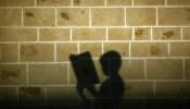 Schaduw van Palestijns kind dat Koran reciteert in Gaza Stad