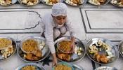 Een kind bereidt de iftar voor in Karachi