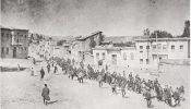 Armeense burgers, geëscorteerd door Ottomaanse soldaten, marcheerden door Harput (Kharpert) naar een gevangenis in het nabijgelegen Mezireh (het hedendaagse Elâzığ), april 1915